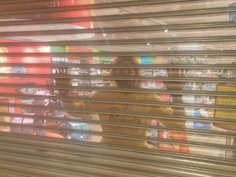 STENGT: Beate Kristiansen bak gitteret i leketøysforretningen Ringo på Herkules. Hun har valgt å holde åpent for klikk og hent og for å sikre en viss omsetning i butikken hun selv eier.