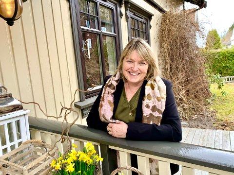 IDYLL: - Å sitte her ute med morgenkaffen er noe av det beste. Jeg tror nesten jeg har spist mer frokost ute enn inne, smiler Ann Iren Haugen.