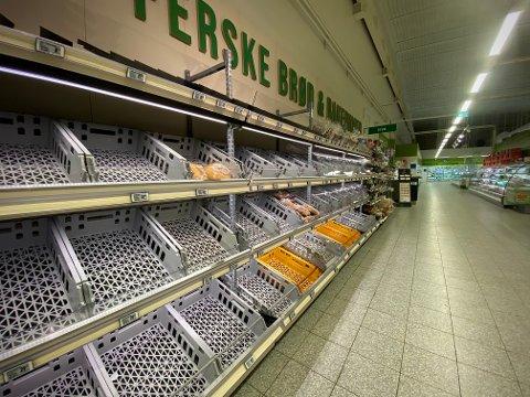 UTPLUKKET: Varene forsvant raskt ut av brødhyllen hos KIWI Skippergata onsdag. FOTO: Theo Aasland Valen