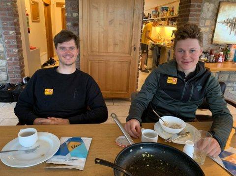 I EN BOBLE: Syver Westgaard Wærsted og Jonas Abrahamsen ved frokostbordet i huset i Sippenaeken på landsbygda i Belgia.