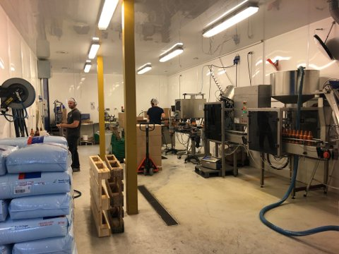 FULL PRODUKSJON: I disse lokalene produseres flesteparten av produktene til Bergbys Sennep. I dag er det den søte pølsesennepen som tappes på flasker. Foto: Per B. Johansen