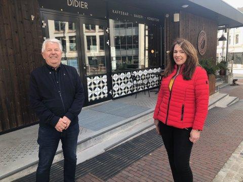 MILLIONER: Knut-Åge Andersen og Emilie Schäffer i Skien næringsfond er overrasket over at så få har søkt om penger. Her foran bakeriet Didier som har vært hardt rammet av pandemien. Foto: Per B. Johansen
