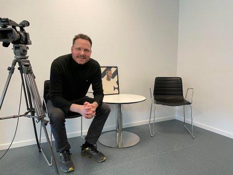 FORNØYD: Nå får Åmund Røsholt sitt eget lille TV-studio på kontoret.