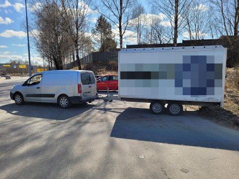 ANMELDT: Sjåføren blir anmeldt for å kjøre med denne hengeren. Hengeren veide for mye og hadde veldig dårlige bremser og lys.