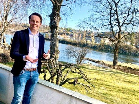 BELIGGENHET: Huset er gammelt, men har en helt spesiell beliggenhet ned mot vannet, forteller Daniel Høyer Oland.