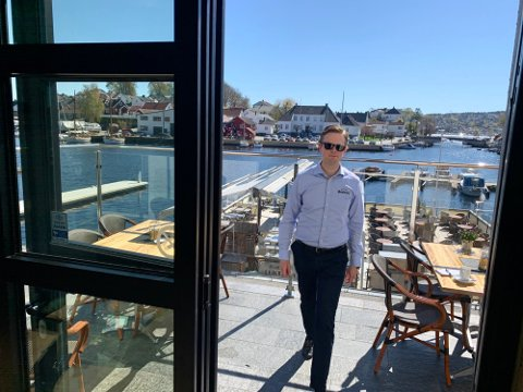 ÅPNER DØRENE: For to helger siden var det sesongåpning av Sjøloftets isbar. På marinaen er det også oppgradert for båtfolket. Kristian Bull Varn driver familierestauranten ved brygga.