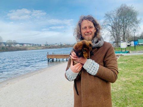 """VIRUS OG VALP: Fredrik Brattberg har fått seg valp i koronatiden og skrevet stykket """"Virus""""."""