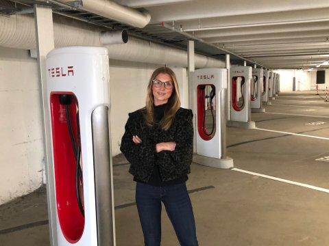 NYTT: Tesla åpner Norges første innendørs Supercharger på Arkaden fredag. Utleieansvarlig Benedikte Stensrød gleder seg til å ta imot Tesla-førere på senteret.
