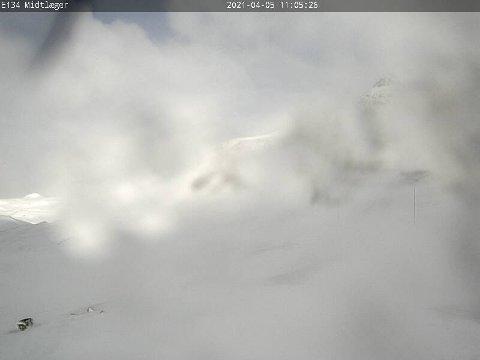 SOL OG VIND: Det snør, er sol og blåser om hverandre på fjellet. Årsaken til stengingen er kraftig vind.
