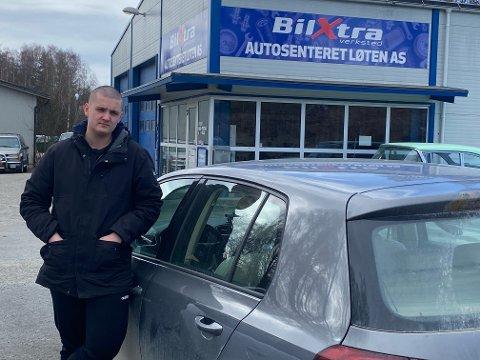 PÅ VERKSTED: Henrik Øverby (20) føler seg lurt etter at han kjøpte denne bruktbilen hos selskapet Bruktbil Invest i Skien i februar. På verkstedet på Løten ble det påvist flere alvorlige mangler. Foto: Privat