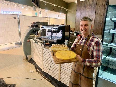 """SATSER: Albert Poliku har tatt med seg """"Verdens beste"""" og """"suksessterte""""  i anledning presentasjon av det nye kafekonseptet."""
