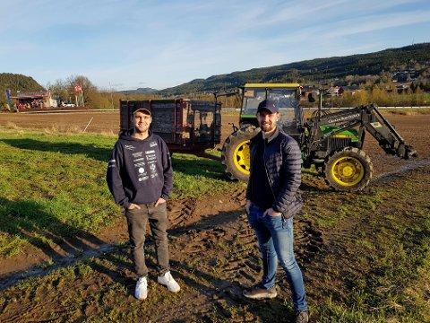 SNART KLARE: Litt pynting av traktor og henger gjenstår, så er Petter Sæves Waskaas (t.v) og Amund Heimdal Øverbø klare for 17. mai-tog sammen med mange andre ungdommer i Siljan.