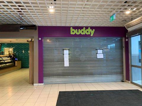 GITTERET NEDE: Dyrebutikken Buddy på Brotorvet er stengt etter at styret har begjært oppbud. Foto: Edle Eidbo-Hansen