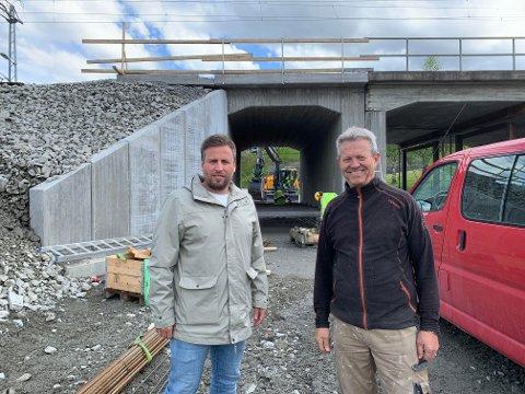 FORNØYDE: Anders Skogheim og Knut Olaf Lia i Tollahotten velforening er fornøyde med den nye undergangen.