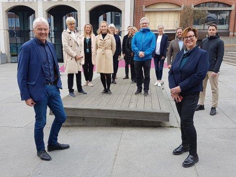 FLYTTER: Leder for personmarkedet Liv Bekkeseth og Torgeir Halsen fra eiendomsavdelingen (foran) flytter med resten av staben til Arkaden. Foto: Dag Tinholt