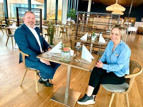 MYE NYTT: Mye er nytt når direktør Espen Westlie og hotellsjef Lene Lindquist åpner dørene for sommeren. - Det blir litt Food and beverage, altså litt aktiviteter rundt mat, vi gjør om litt her i spiseområdet og vi får vinkabinett. Det er mye å glede seg til, forteller de to.
