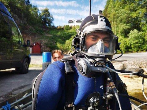 ALDRI FØR: Med et usynlig smil om munnen, tar Jesper Mathisen fra Rjukan fatt på jobben som undervannssveiser i Langesund. Før dykkerskolen, hadde 20-åringen aldri dykka før.