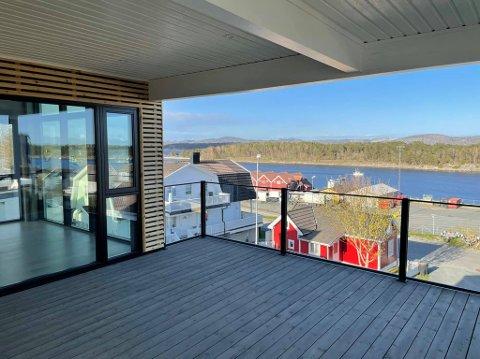 UTSIKTEN: Fra Lenes Ås har man panoramautsikt mot sundet.
