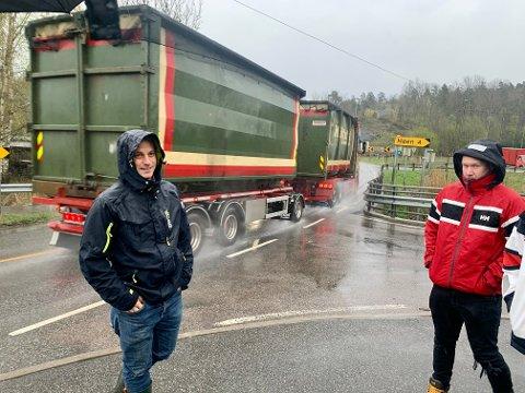 BLE HØRT: Stig Simonsen (t.v) er blant mange foreldre som klaget og fikk gjennomslag. Her står han ved veikrysset barn må gå over skal de komme til gang og sykkelsti. Med buss slipper de å krysse veien.