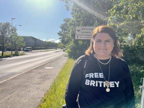 Cathrine Deaton Heibø møtte opp utenfor USAs ambassada onsdag ettermiddag.Foto: Ingrid Cogorno