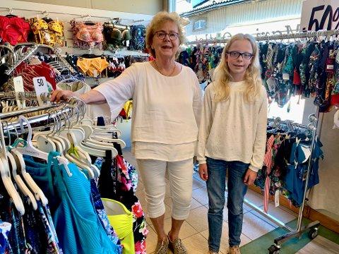 EN LITEN HJELPER: Marie, som snart er 12 år, hjelper bestemoren i butikken.