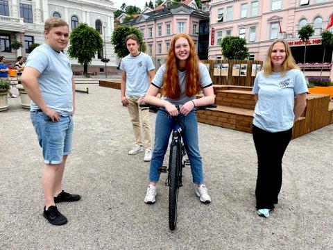 SOMMERVERTER: Ole-André Sørensen, Tobias Melfald, Ida Marie Gløsmyr og Ingrid Helland skal hjelpe turister og innbyggere denne sommeren.