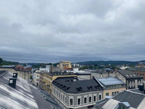 GRÅ START: Slik så det ut i Skien sentrum mandag morgen.. Det skal snart forandre seg.