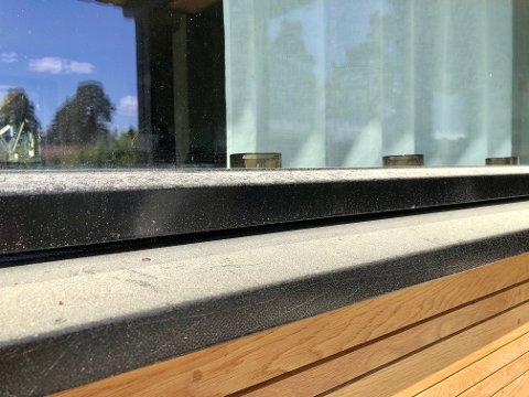 GULT AV POLLEN: Det svarte vindusbrettet har blitt farget gult av et tykt lag granpollen. I år har spredningen vær ekstrem.
