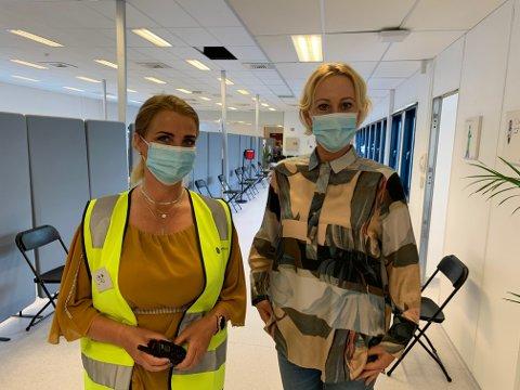 FIKK SJANSEN: Siri Løite (til venstre) stortrives i jobben. - Hun møter alle med et smil, og det smitter over på folk som er spente eller litt nervøse, sier Lene Lindflaten.