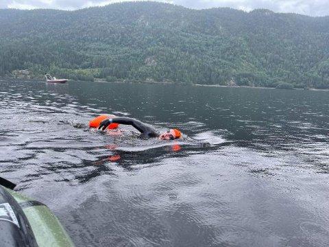 SELJORDSVANNET: Arek (Arkadiusz) Śmich svømte Seljordsvannet på langs fra Vefall til Seljord Camping.