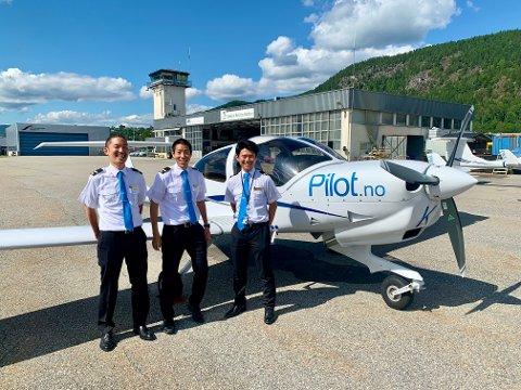 PILOT FLIGHT ACADEMY: Seks blide japanske pilotstudenter får i disse dager pilotdrømmen oppfylt på Notodden. Fra venstre: Kentaro Miura (31), Mamoru Matsuura (27) og Yuki Okuma (26).