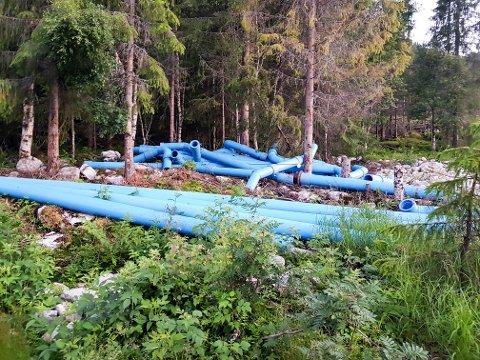 PLASTRØR: Disse plastrørene ligger i naturen på en eiendom i Vinje.