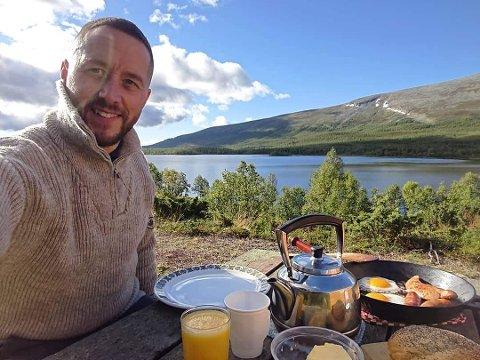 FISKELYKKE: Anders Glette (39) var på ferie i Morgedal da han bestemte seg for å prøve den utradisjonelle fiskestrategien.