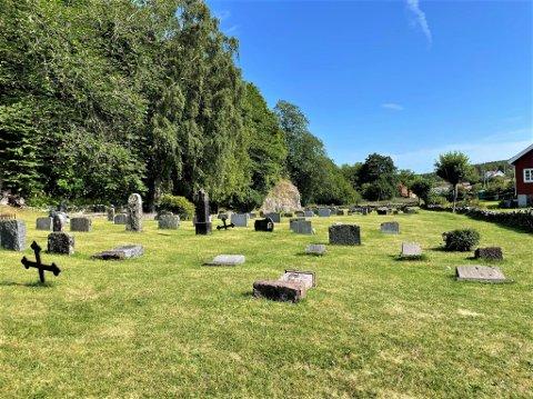 HÆRVERK: Det er 13 gravsteiner som har blitt veltet på Skåtøy kirkegård.
