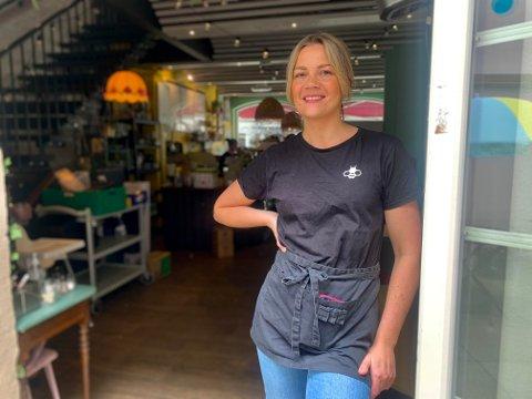 FORNØYD: - Nå strømmer kundene til, sier Silje Roksund på Humlegården. Hun skal ansette en person som kan bidra med å utvikle kaféen.