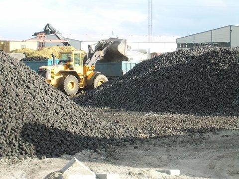 NYE PRODUKTER: Avfall fra industrien blir til nye produkter via Aaltvedts miljøbriketter.