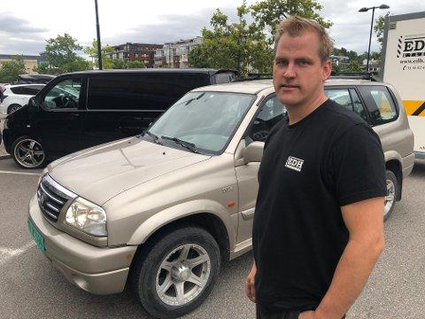 BILTYVERI: Den sorte kassebilen som sto parkert utenfor Re-Torvet fanget oppmerksomheten til Roger Klausen.