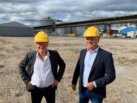 PÅ TOMTA: Tomt og teknologi er på plass. Nå gjenstår bare byggingen av selve anlegget som skal gjøre flyindustrien grønnere. Gunnar Holen og Rolf Bruknapp i Nordic Electrofuel AS.