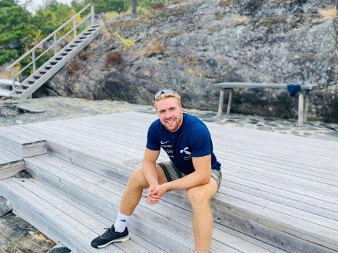 Aleksander Aamodt Kilde nede ved brygga på hytta.