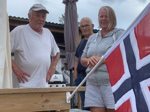 FORTVILER: Geir Høgseth, Bjørn Bjerkeli og Anne Høydalen fortviler etter at brannen på Kilen feriesenter er henlagt.