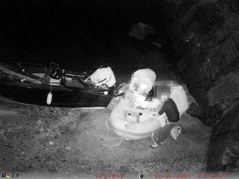 STJÅLET: Den hvite gummijolla ble stjålet fra en brygge fredag. Lørdag dukket den opp her, på den lille stranda rett under Grenlandsbrua.