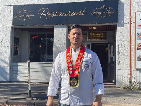 HÅPER PÅ SALG: Khaled Badawi er glad for alle stamgjestene som bruker restauranten. Han regner med at den gode maten vil fortsette selv om nye eiere skulle kjøpe stedet. Foto: Per B. Johansen