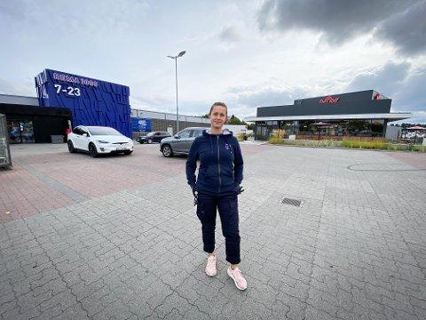 SØPPEL: Kjøpmann på Rema 1000 Tollnes, Sunniva Grava, er lei av søppel på parkeringsplassen utenfor butikken.