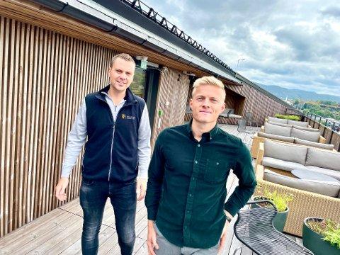 FLEKSIBELT: Fredrik Gjestvang og Marius Solvang stortrives i fleksible lokaler. - Det er både sosialt og veldig praktisk, sier de to, som begge jobber med salg i Kebony.