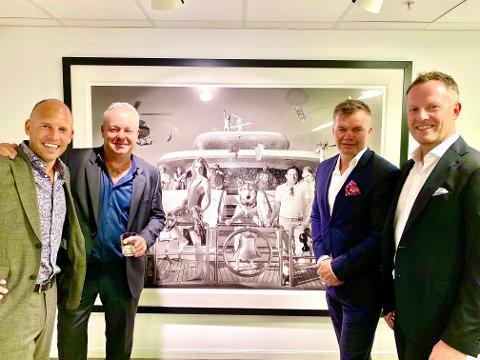 TIL SKIEN: Emil Eriksrød, David Yarrow, Rolf Stavnem og Anders Aasen foran utstillingens hovedverk «Get the f*** off my boat» som skap pryde en av veggene hos Jacob & Gabriel.