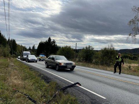 SPERRER AV: Politiet har sperret av veien ved Geiteryggen.