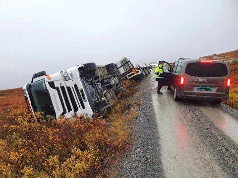 VELT: Lastebilen som veltet i nærheten av Hukebu fraktet betongelementer. (foto privat)