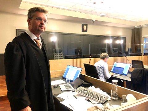 FORDOMMER: Forsvarer for den tiltalte skiensmannen (32), advokat Trygve Staff, mener klienten hans møter fordommer i Grenland. Han ba om frifinnelse for drapsforsøk da han holdt sin prosedyre i Telemark tingrett.