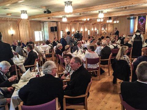 HEDRET: 80 innbudte gjester hedrer musikeren, komponisten og mennesket Sigmund Groven i et lukket arrangement i Låbekykja i hjembygda Heddal.