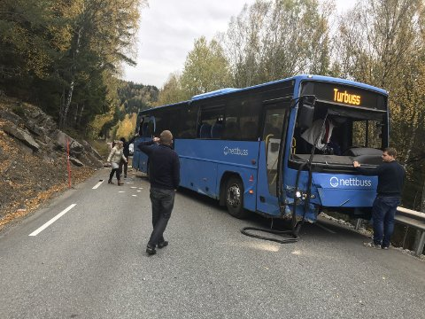 Bussulykke: Bussen traff en fjellvegg før den stanset her. (Alle foto: Sveinung Tinnes-Mork)